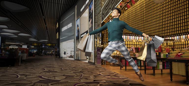 在新加坡樟宜機場,一個手提五個購物袋的男子,開心的飛躍了起來
