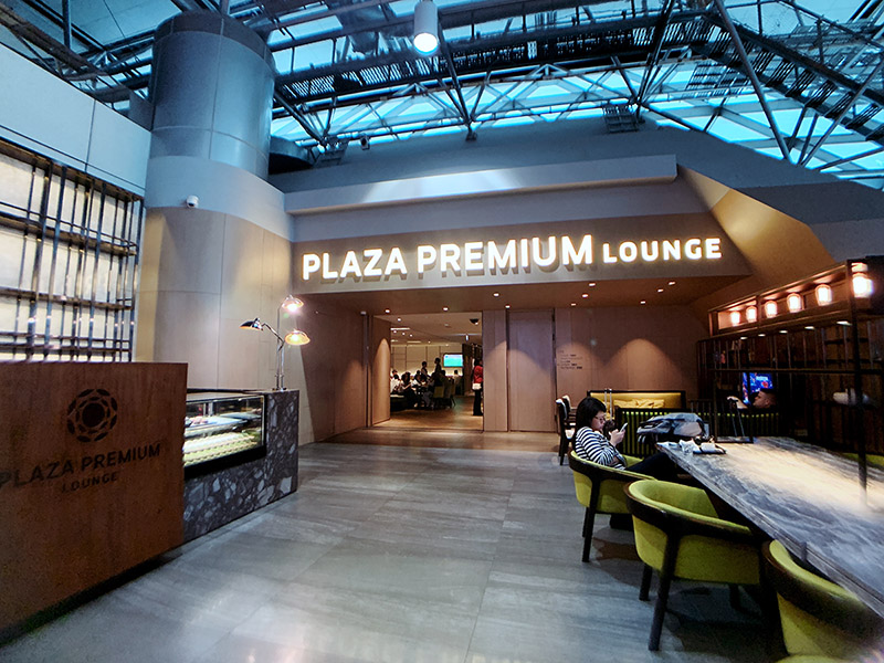 桃園機場第二航廈四樓 A 區的環亞貴賓室 Plaza Premium Lounge 的門口招牌