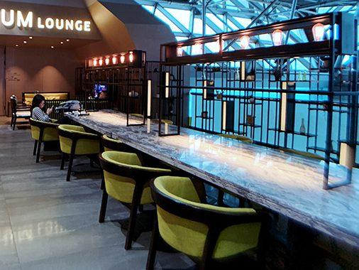 環亞貴賓室旁邊有免費休息區,桌上的燈架採用工業風的金屬架搭配愛迪生燈