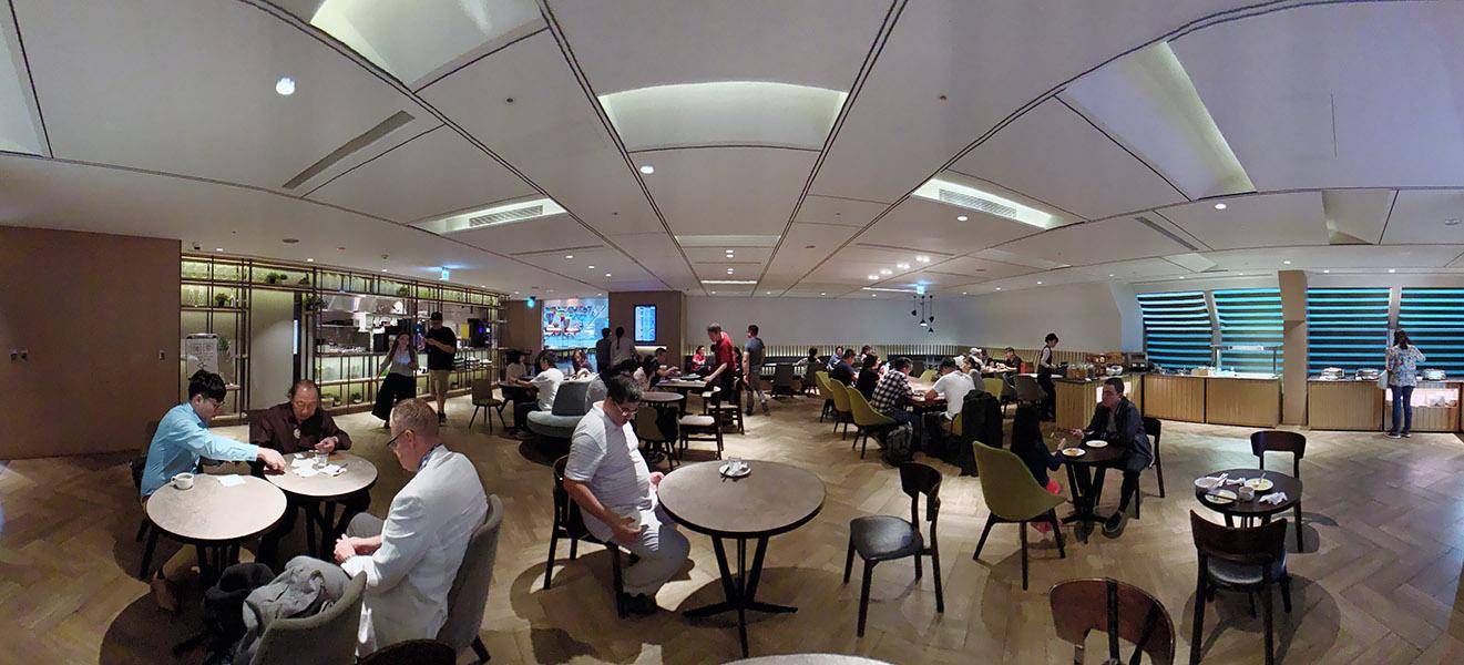 環亞貴賓室 Plaza Premium Lounge 的用餐區寬敞舒適又可容納很多人