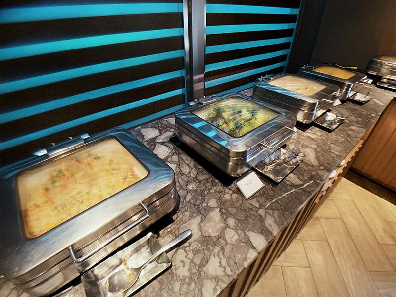 環亞貴賓室的自助吧共有四道菜,有菜有肉有蛋,營養均衡。