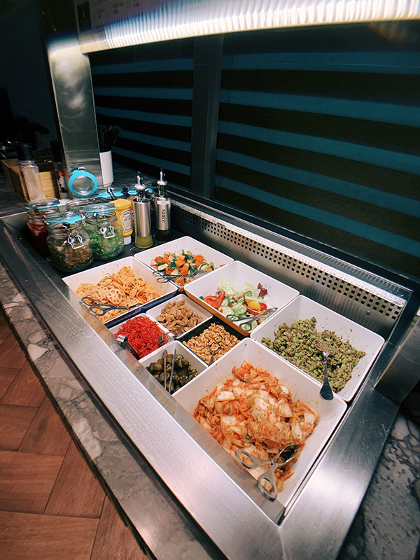 環亞貴賓室的生菜沙拉吧有泡菜、蓮藕、生菜小黃瓜和綜合堅果