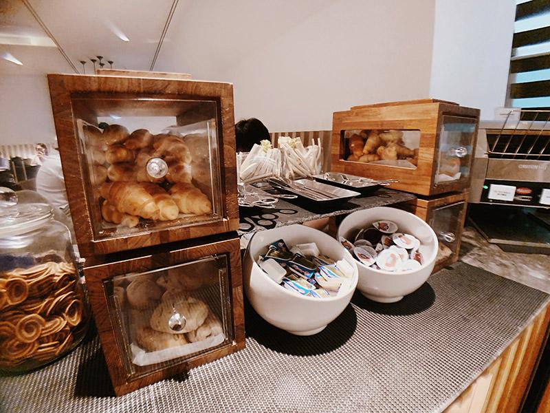 環亞貴賓室還有麵包區,有可頌、堅果餐包和奶油果醬可以搭配。
