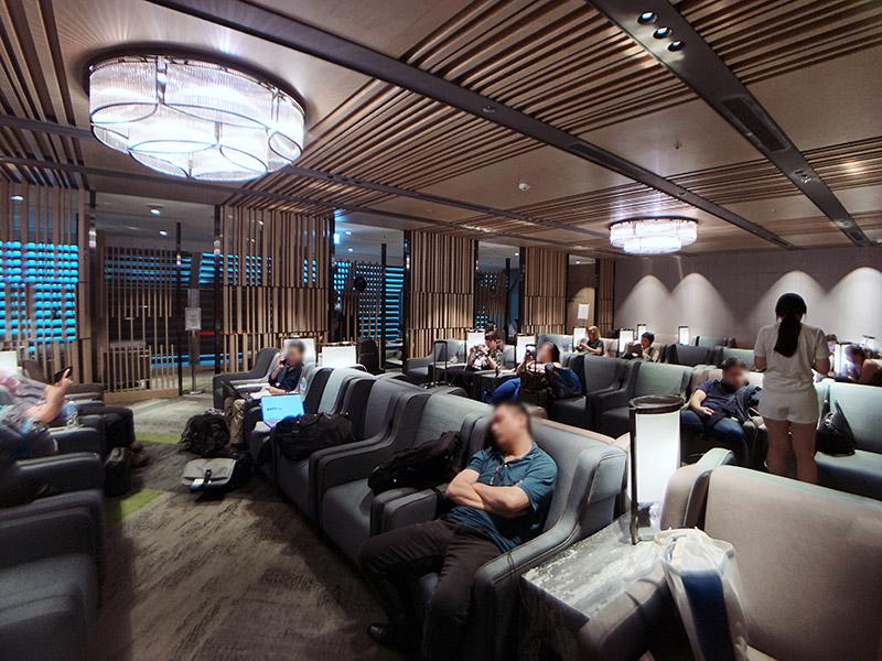 環亞貴賓室的個人沙發座區,一整排沙發座很多旅客都會在這邊睡覺滑手機