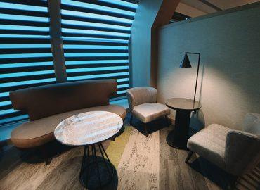 環亞貴賓室還有包廂區,有個人小沙發和圓桌,也有兩人座沙發