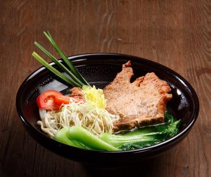 桃園機場美食餐廳:黑碗呈裝的古典波隆那豬丁骨細麵