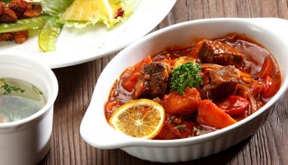 桃園機場美食餐廳:紅酒牛肉燴飯旁邊附湯跟沙拉