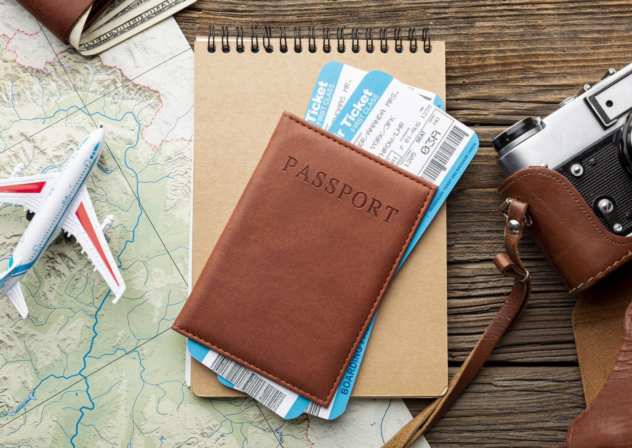 出國必備工具:咖啡色護照機票筆記本底下有地圖