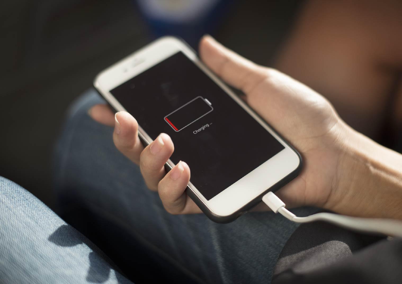 出國必備工具:萬用轉接頭手機充電