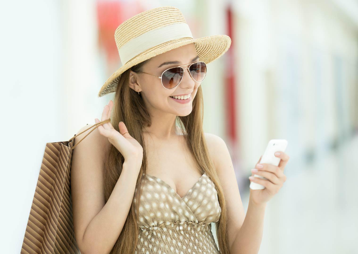 WiFi分享器:美女戴帽子用手機