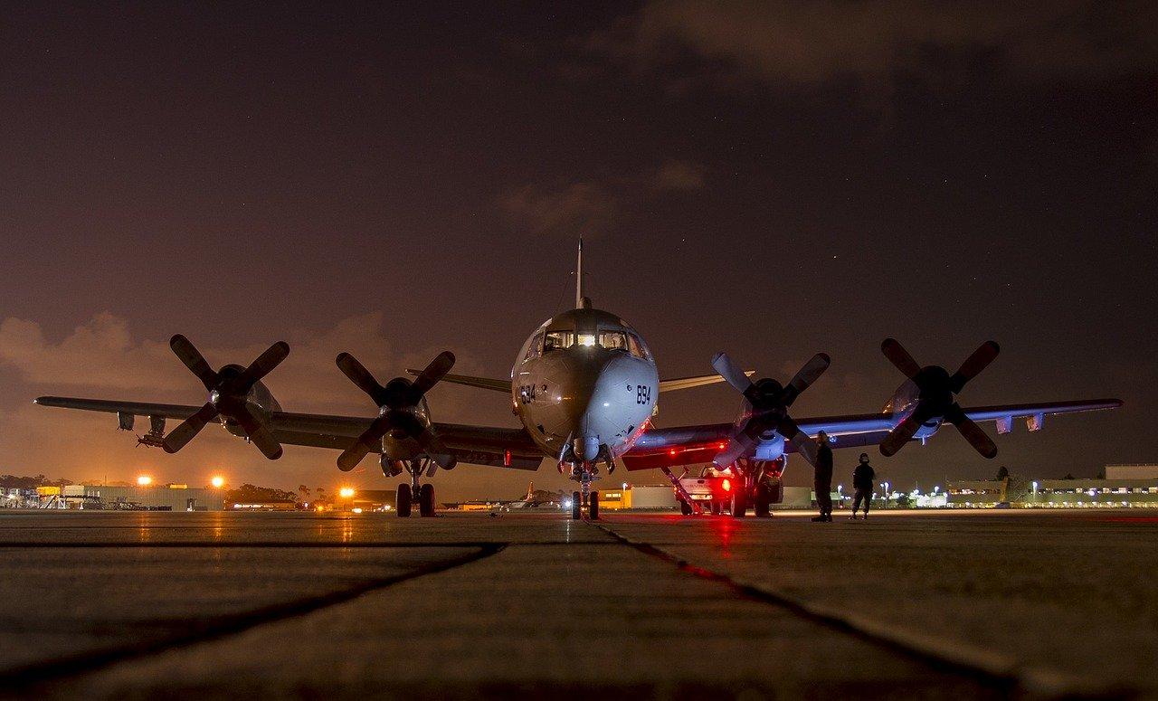 夜間飛機在機場準備起飛的樣子