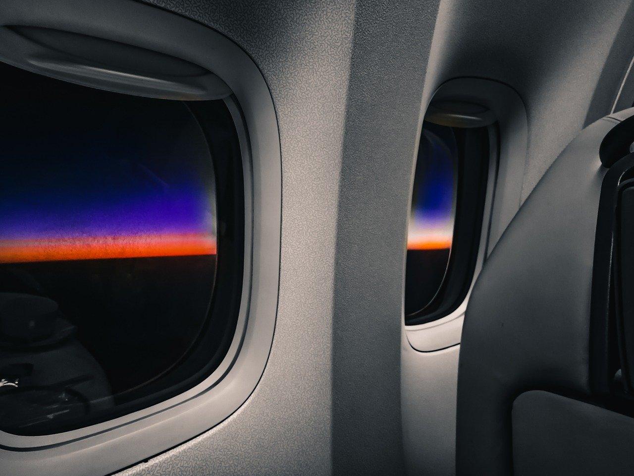 從飛機內的窗戶看出去的風景