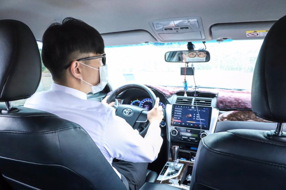 司機戴著口罩開車