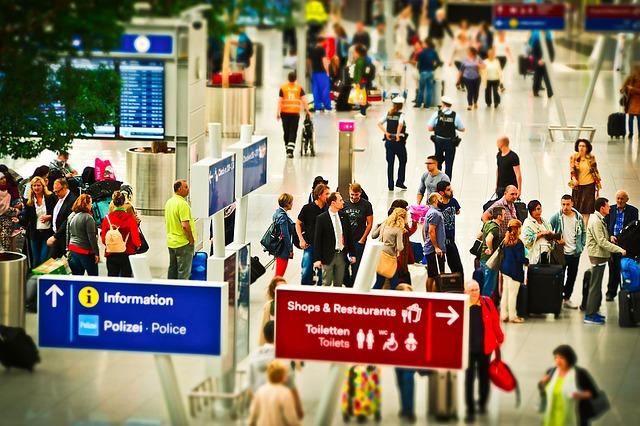 機場入境大廳各國的人在機場出境入境等候