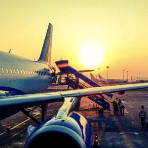 傍晚夕陽中飛機停駛乘客上機準備起飛