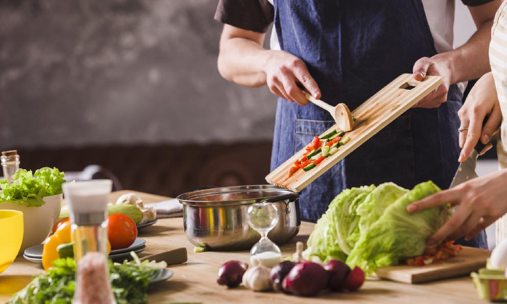 桌上放滿水果蔬菜準備料理食材