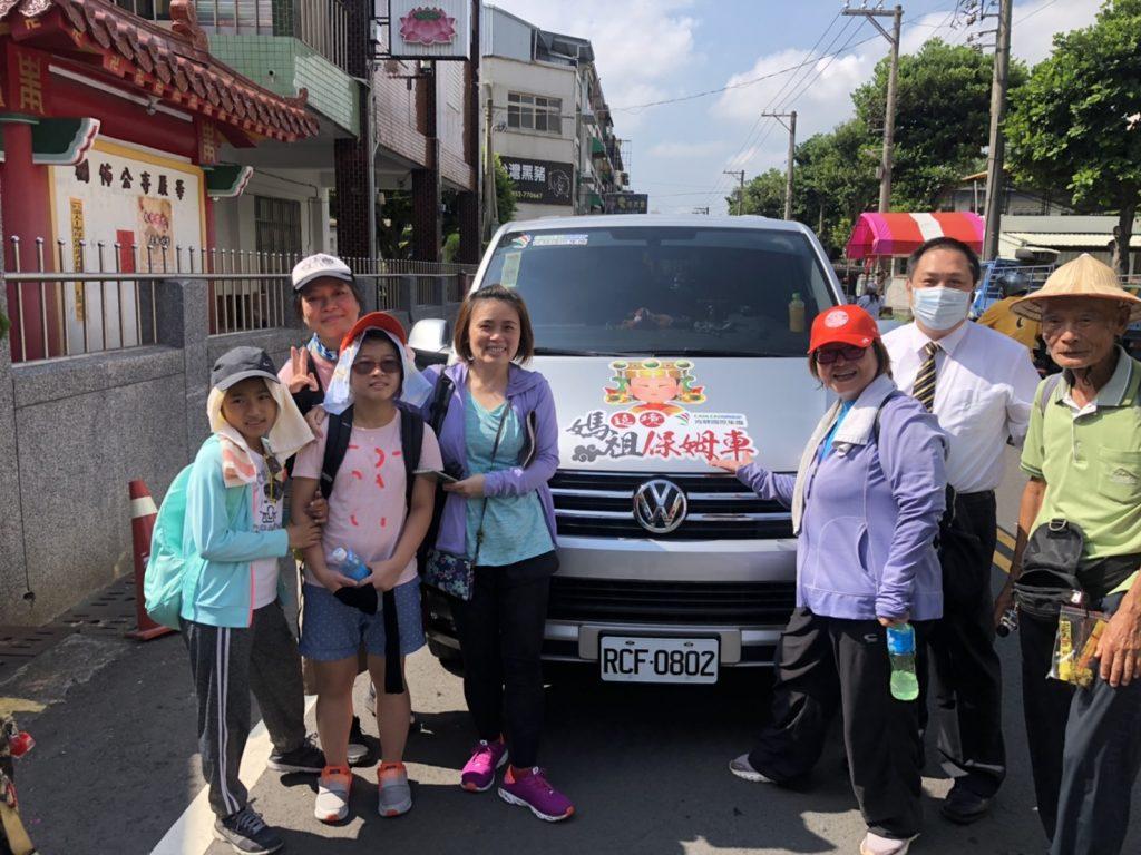 2020大甲媽祖遶境: 香客在肯驛國際遶境保姆車前面合照