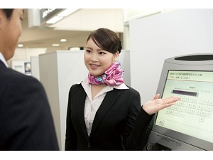 株式会社クワント/空港カウンターおよび周辺でのカードの案内・受付・接客