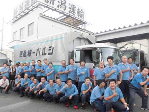 新潟運輸株式会社/[1]中型[2]大型トラックのドライバー(重い荷物はリフトを使って作業/未経験者歓迎)