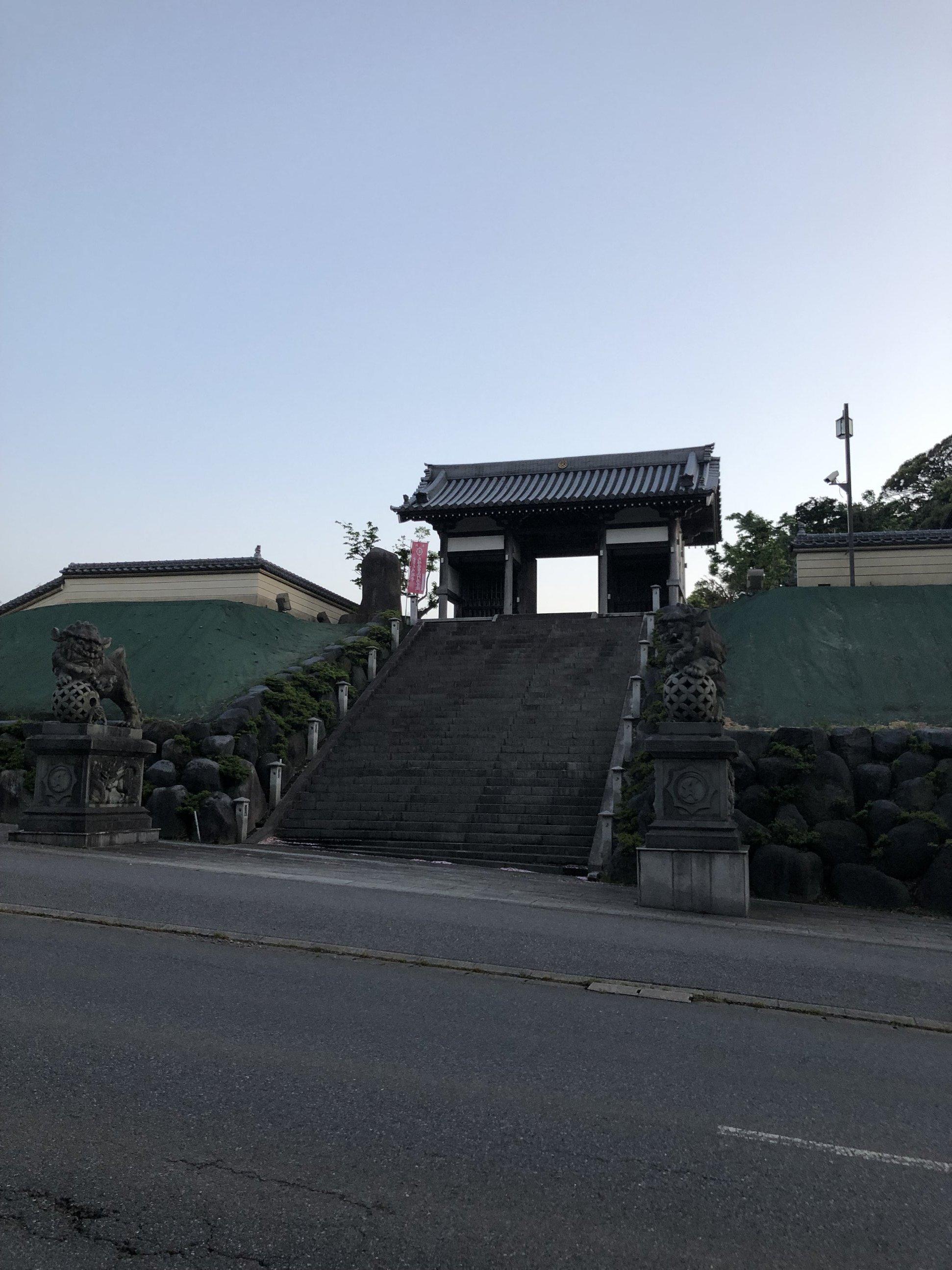 ステーション入口はこの山門の横にあります。