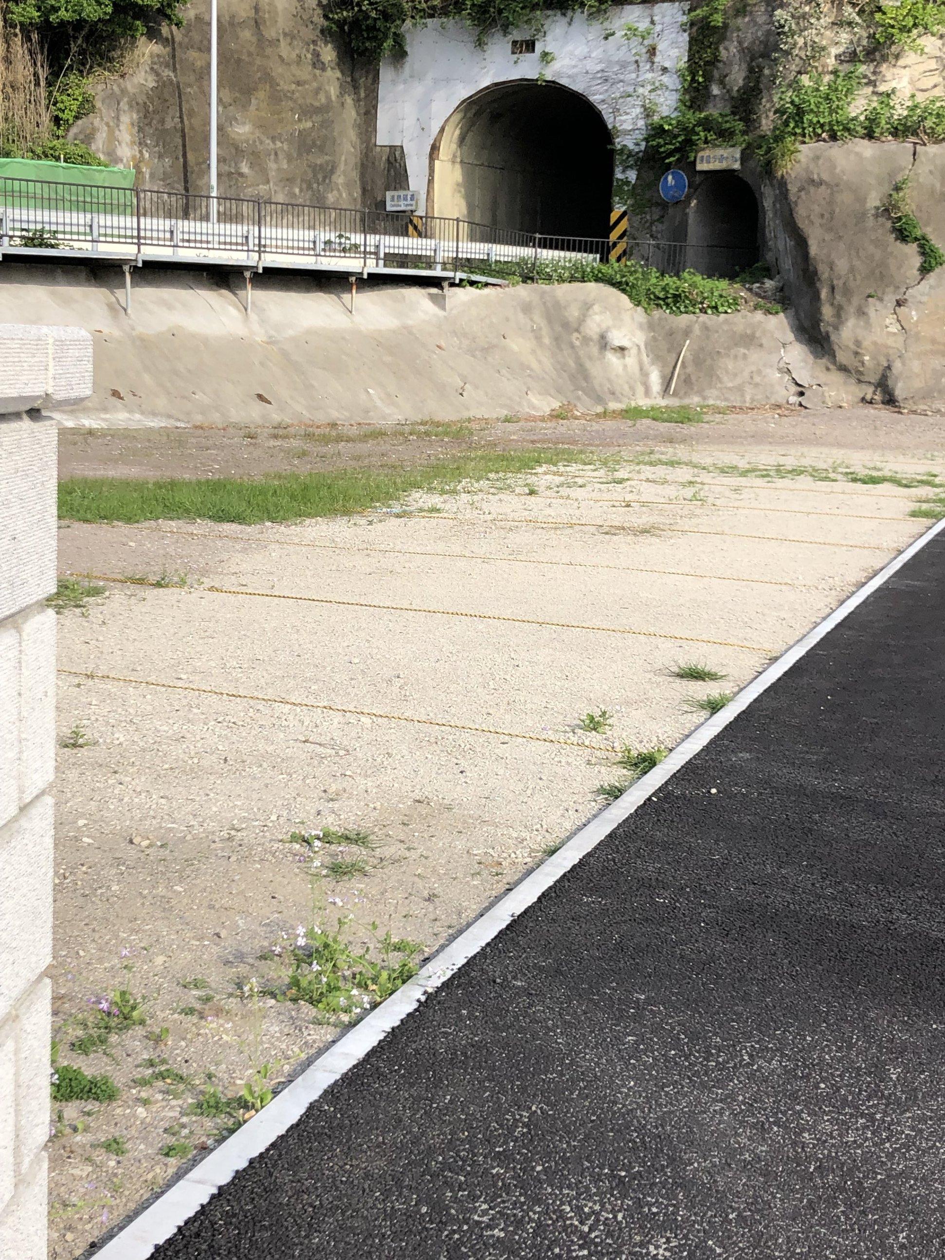 駐車場所(ロープが張ってある土部分)