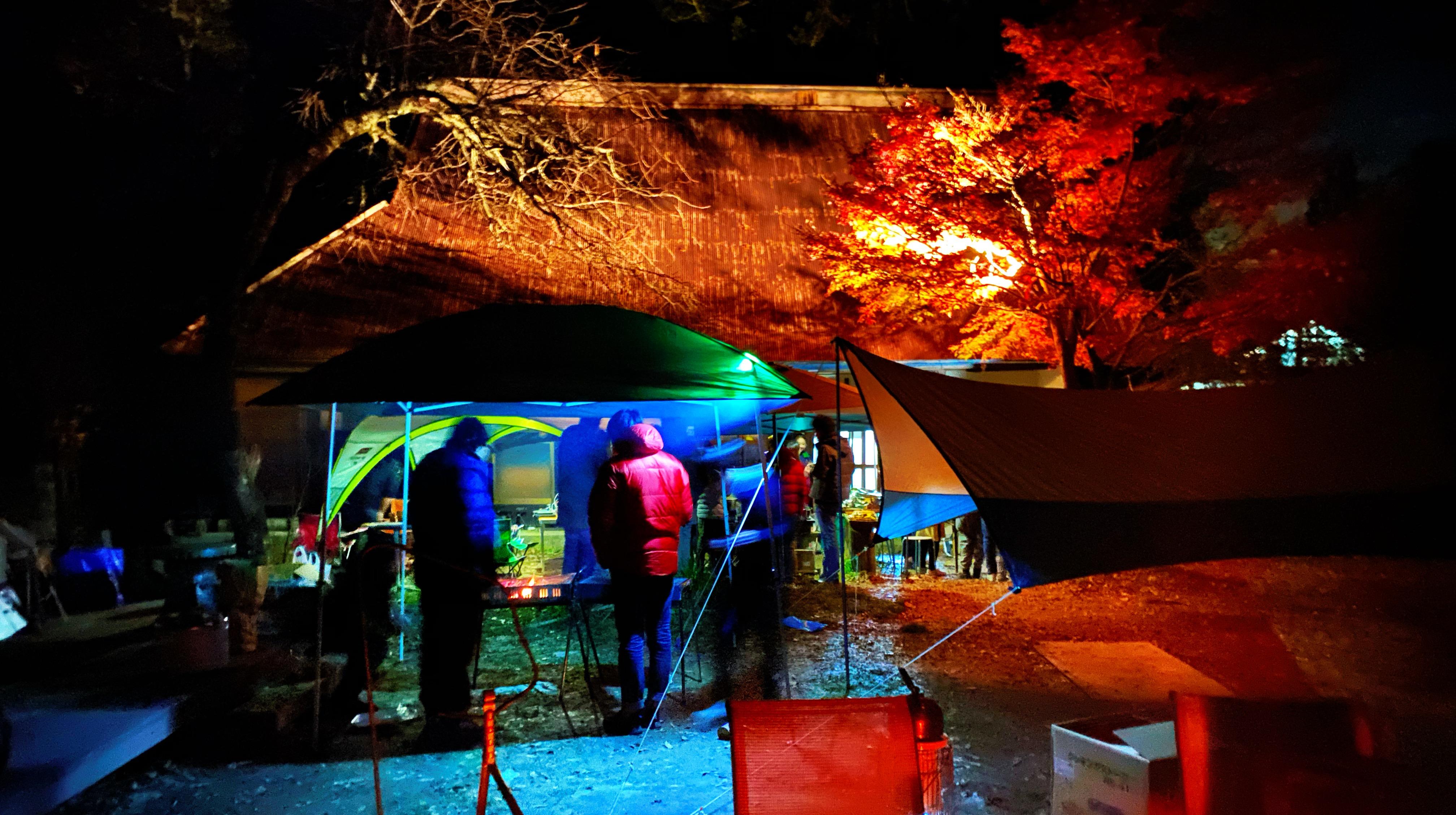 夜間も楽しめるグランピングテント/焚き火(直火)/音響施設/古民家があります。