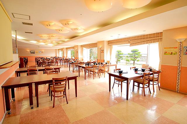 ゆったりとした明るいレストラン