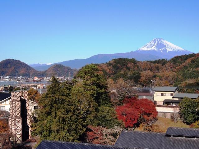 世界遺産である韮山反射炉と富士山を一望できます。