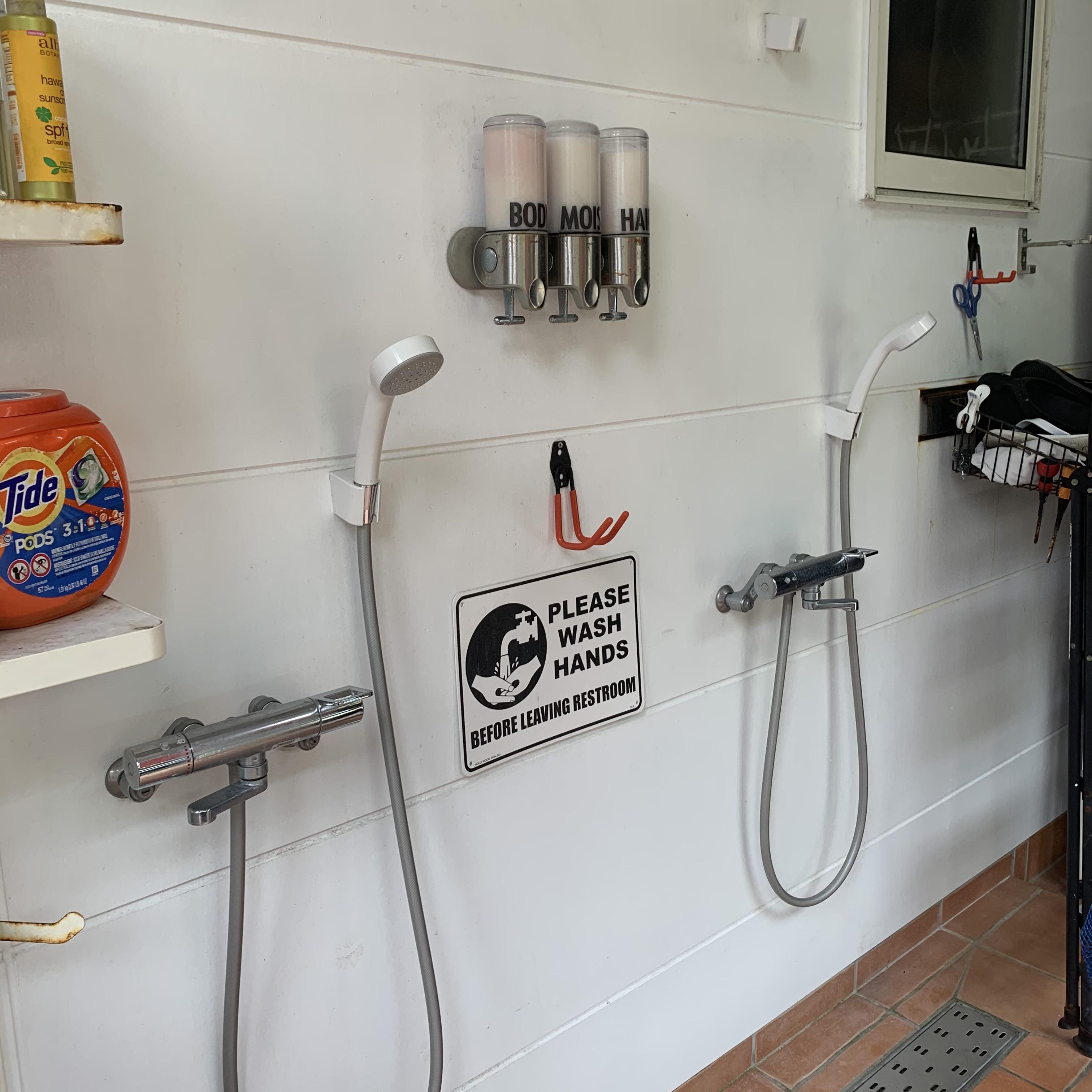 屋外温水シャワー完備(シャンプー等備え付け)※屋根のみの屋シャワーとなります。(500円/人)