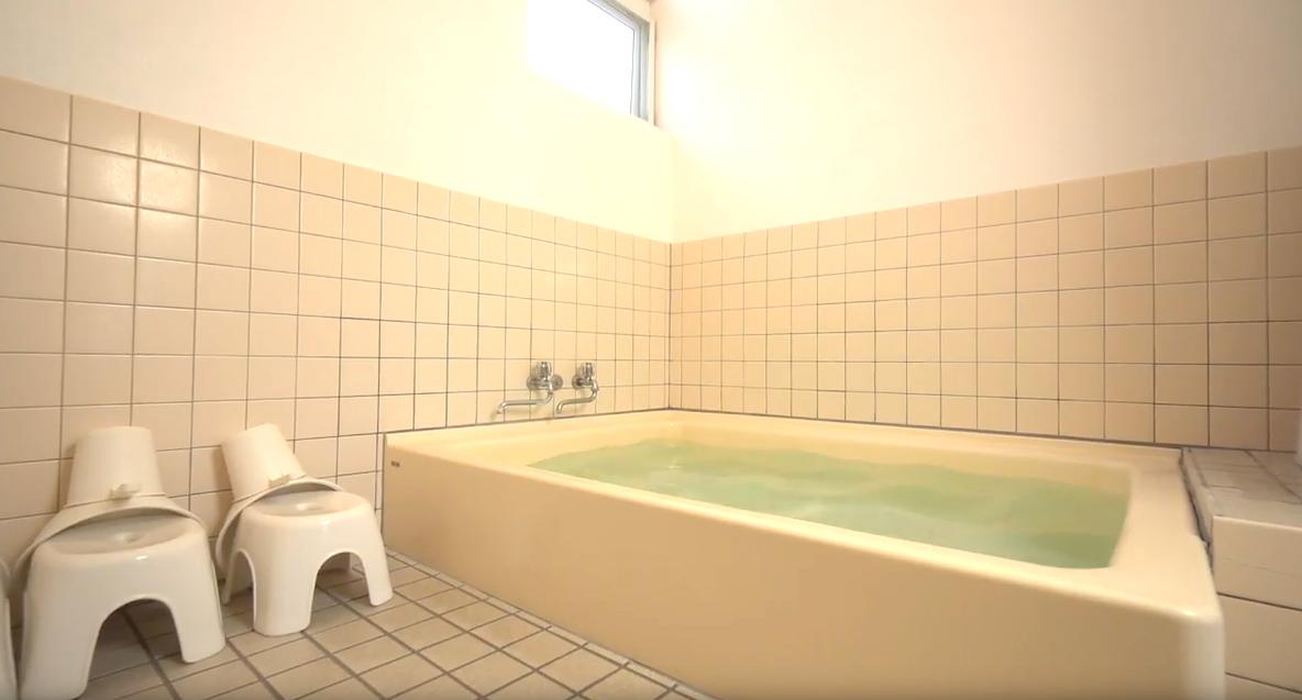 男女別に別れて3〜4人で入ることの出来る温泉です。温泉入浴は事前にご連絡ください。ご準備いたします。連泊の方には毎日入れ替えます。 1日何回でもご入浴ください。洗面台、備え付けのタオル、ドライヤーもご利用いただけます。 お代金は温泉入浴+シャワー利用で1000円/1名/1日です。※貸切時はご家族、カップルさんでご利用いただけます!
