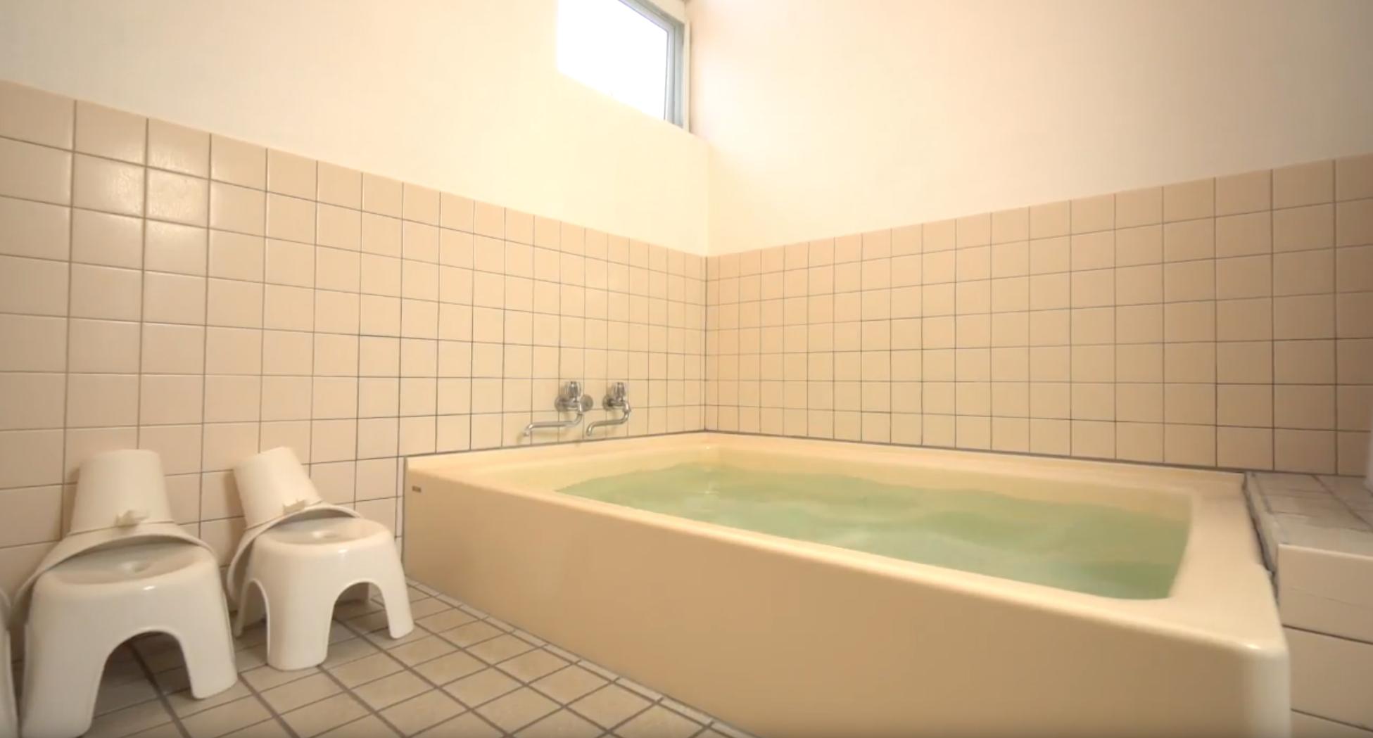 温泉の貸切(19:00~23:00)  ナトリウム・カルシウムー硫酸塩泉。塩分もなく優しいさらさらしたお湯です。男女に分かれた浴室。2〜3名グループさんで一回40分貸切を基本とします。(現地精算)