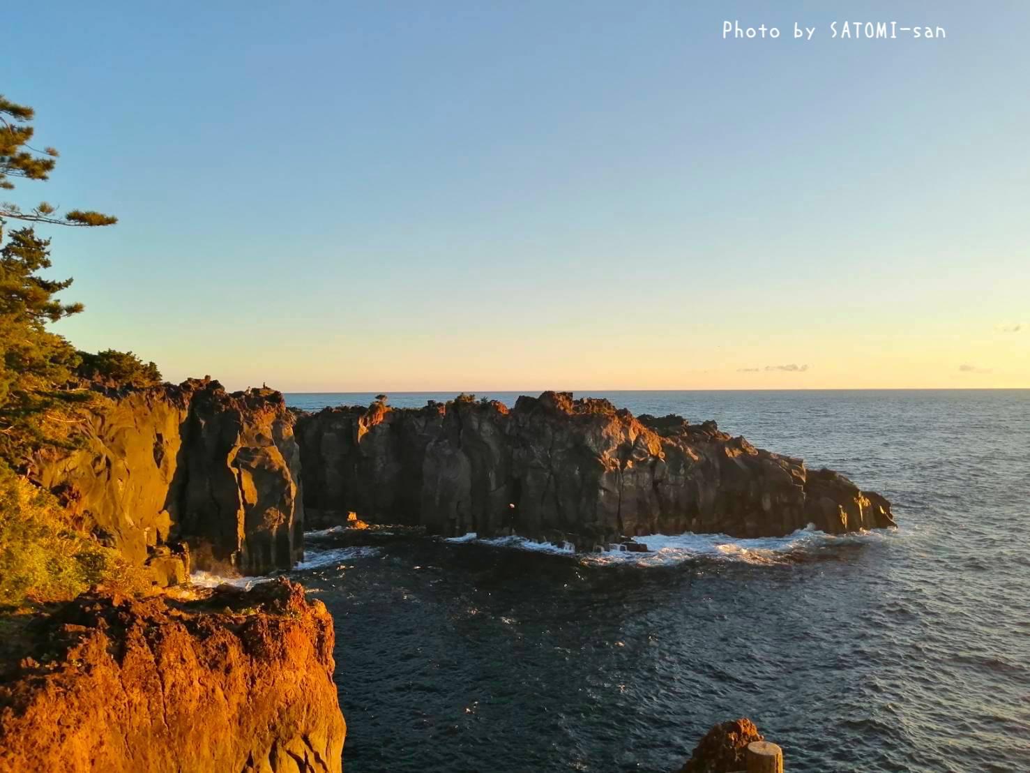朝陽が溶岩海岸を照らしています。