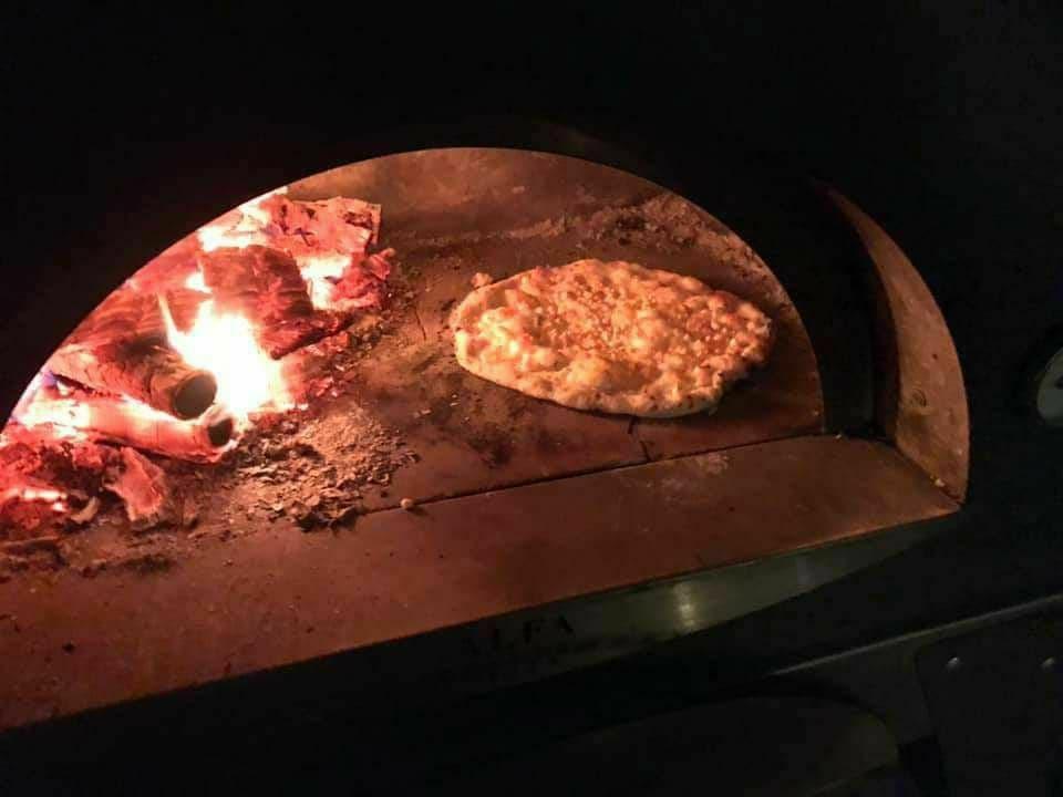 4/26オープン カフェジュンリーノの窯焼きピザ1枚、1ドリンク無料でご提供させて頂きます。