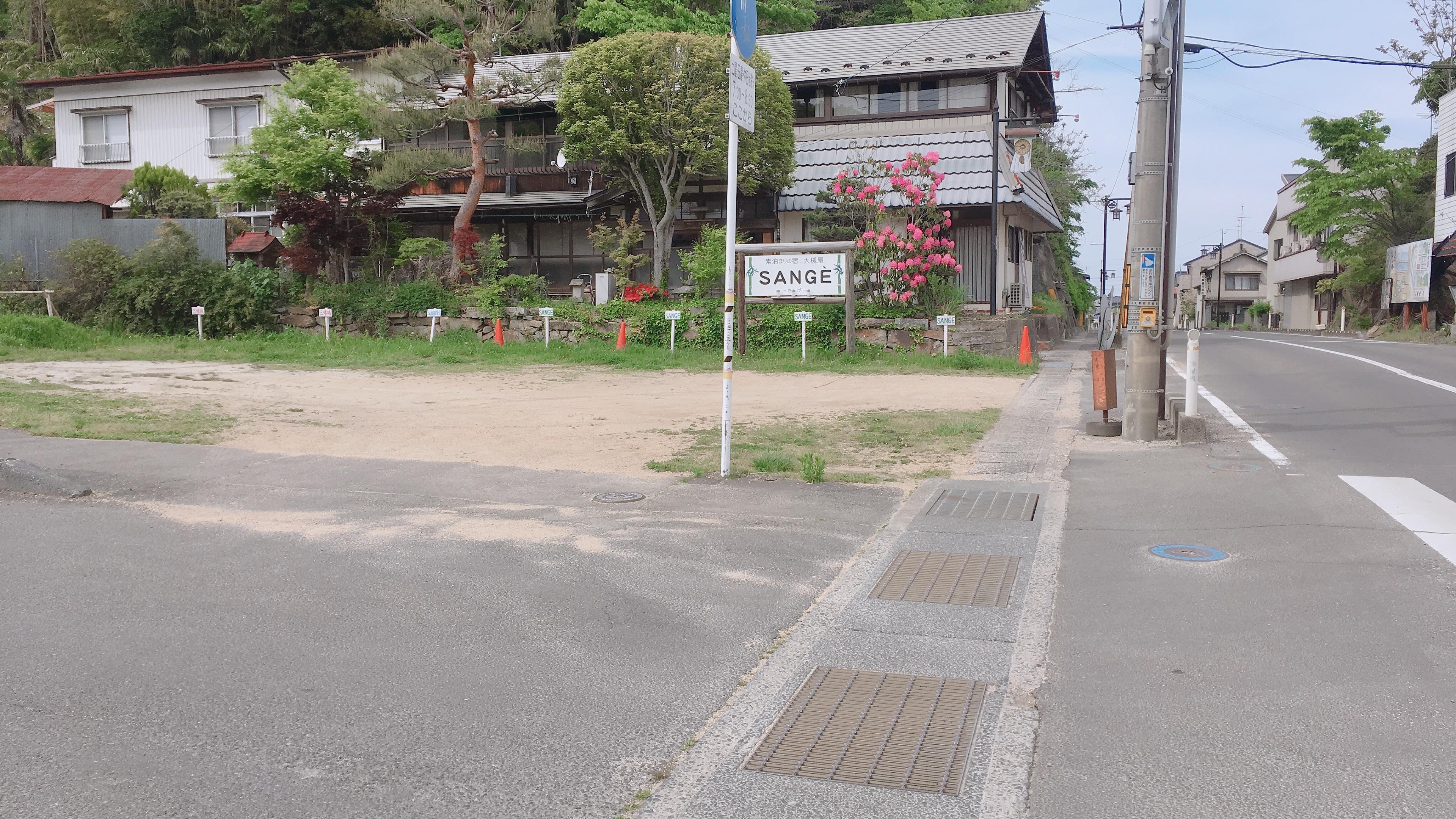 ステーションへの入り口は県道45号線沿いです
