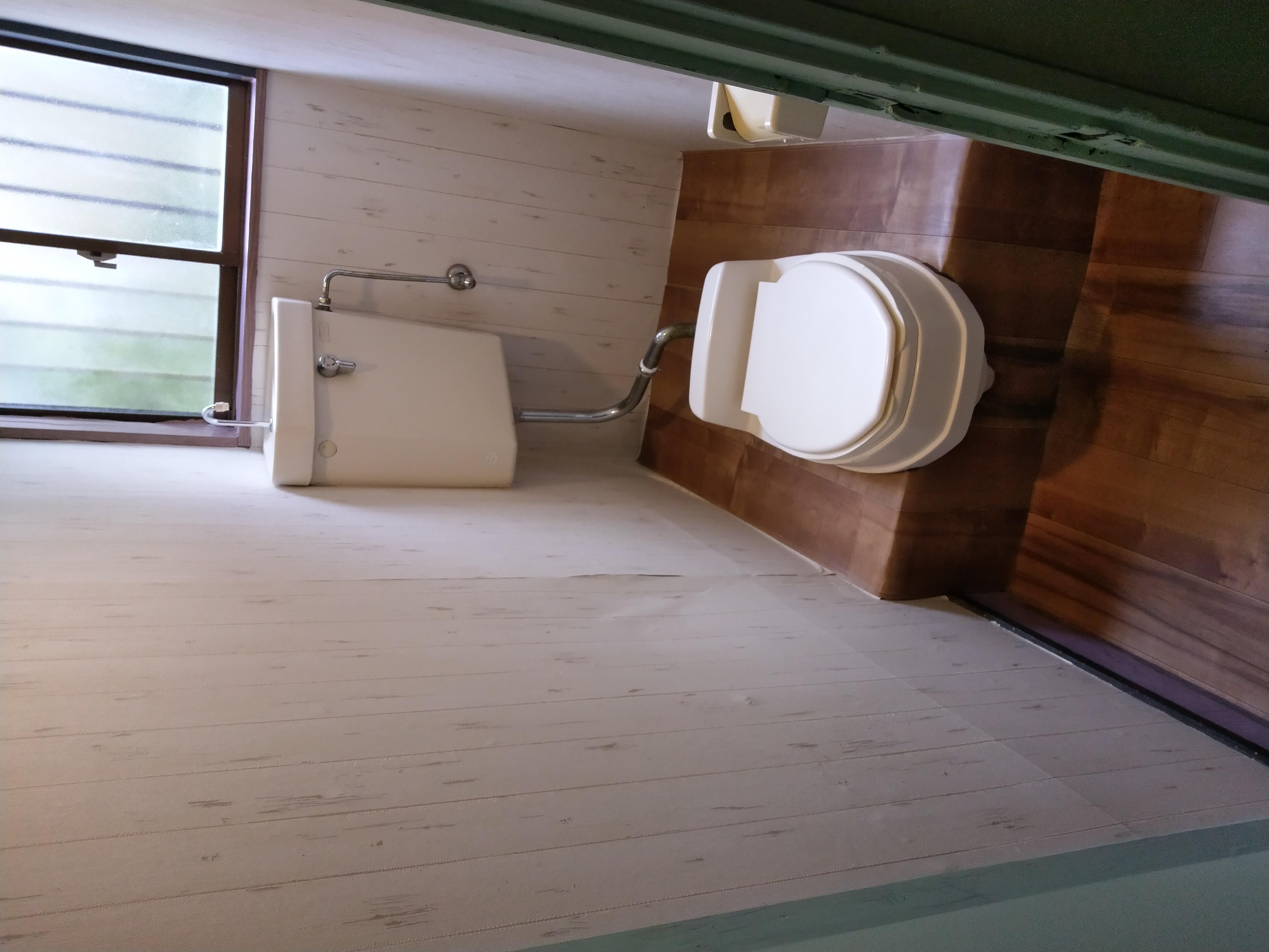 トイレは和式便器に簡易便座ですが水洗です。