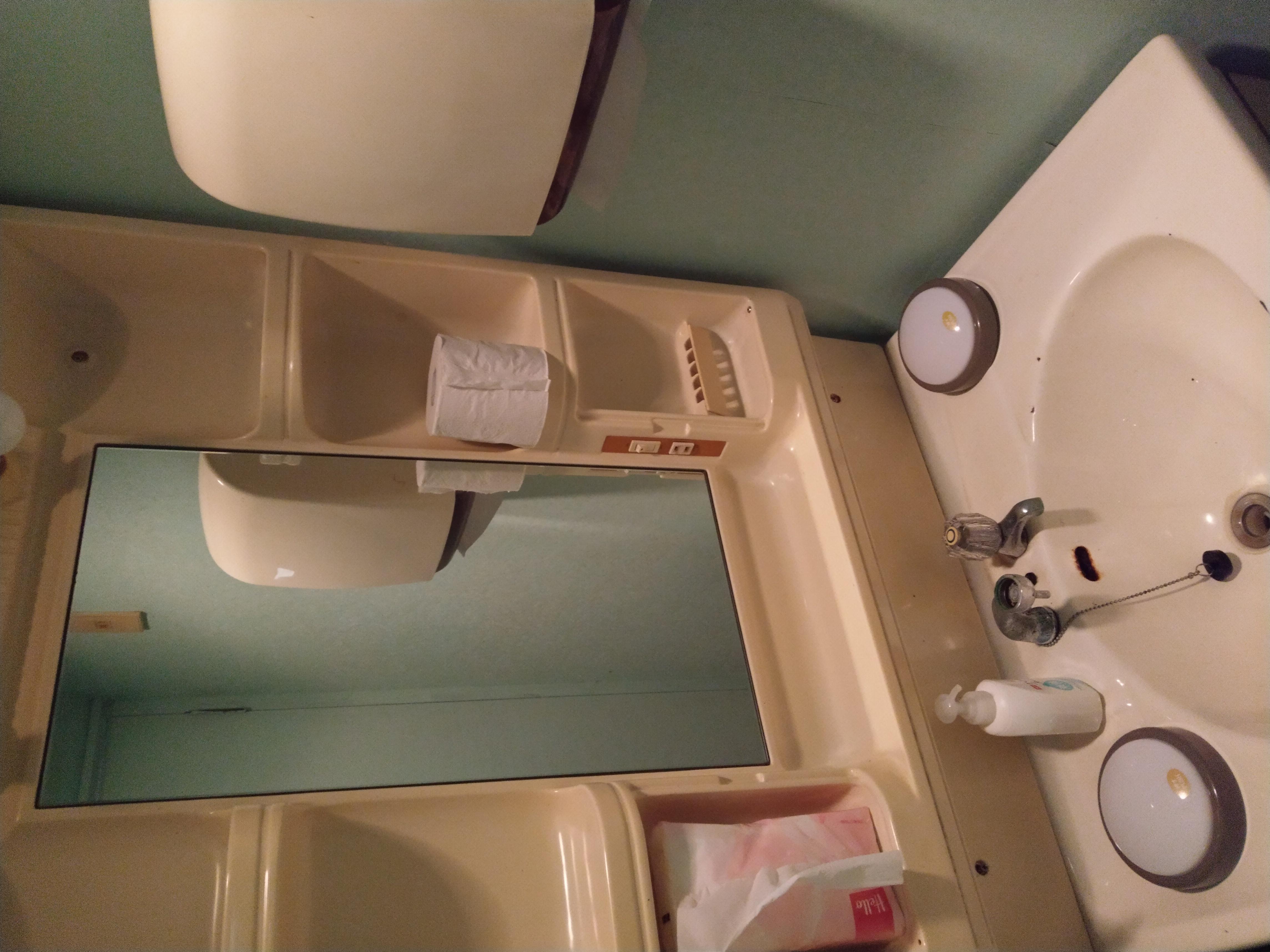 洗面台:ペーパータオル、ハンドソープ、トイレットペーパーは付属です。(お湯は出ません)