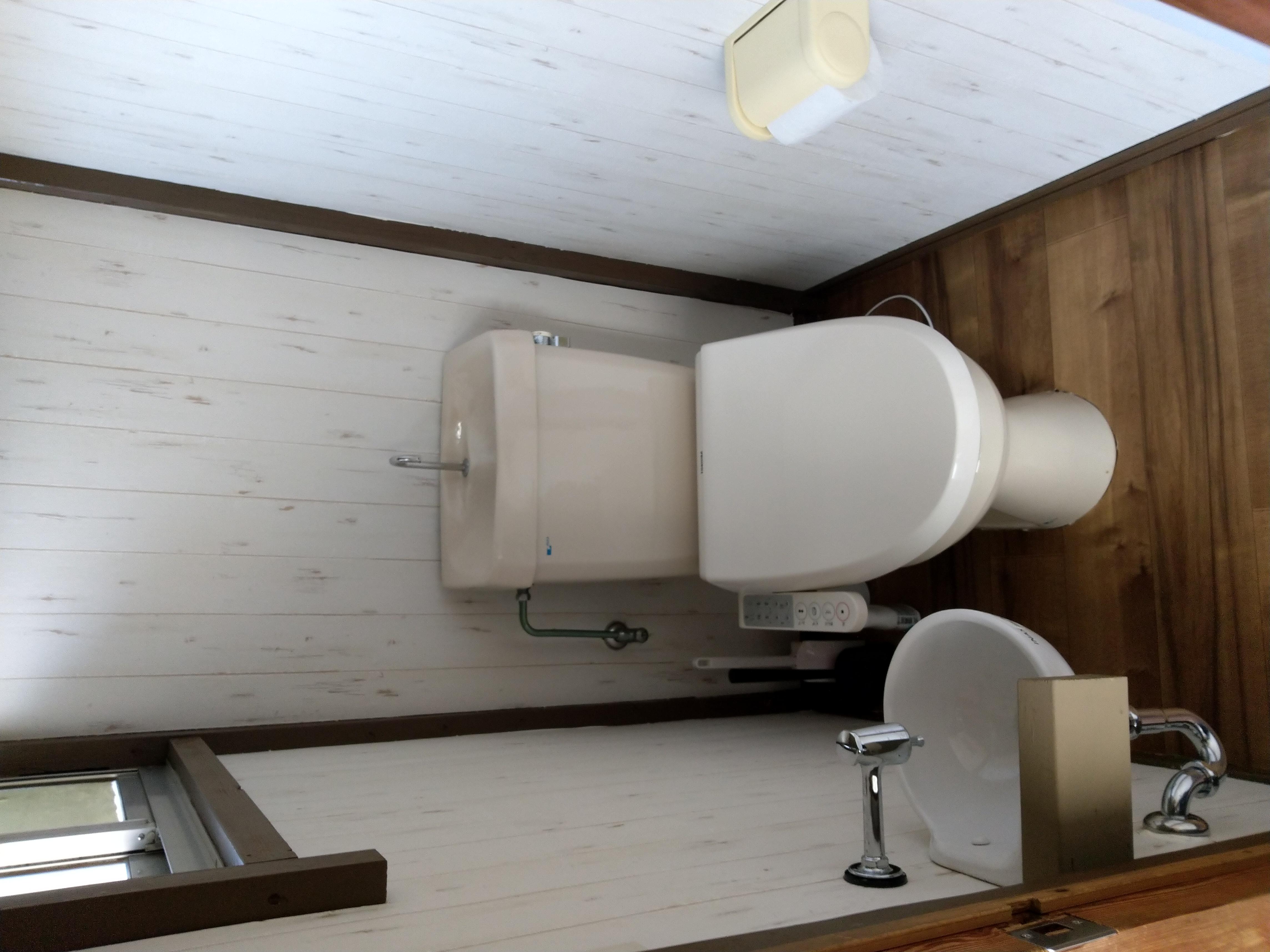 トイレは水洗です。シャワー機能は使えません。