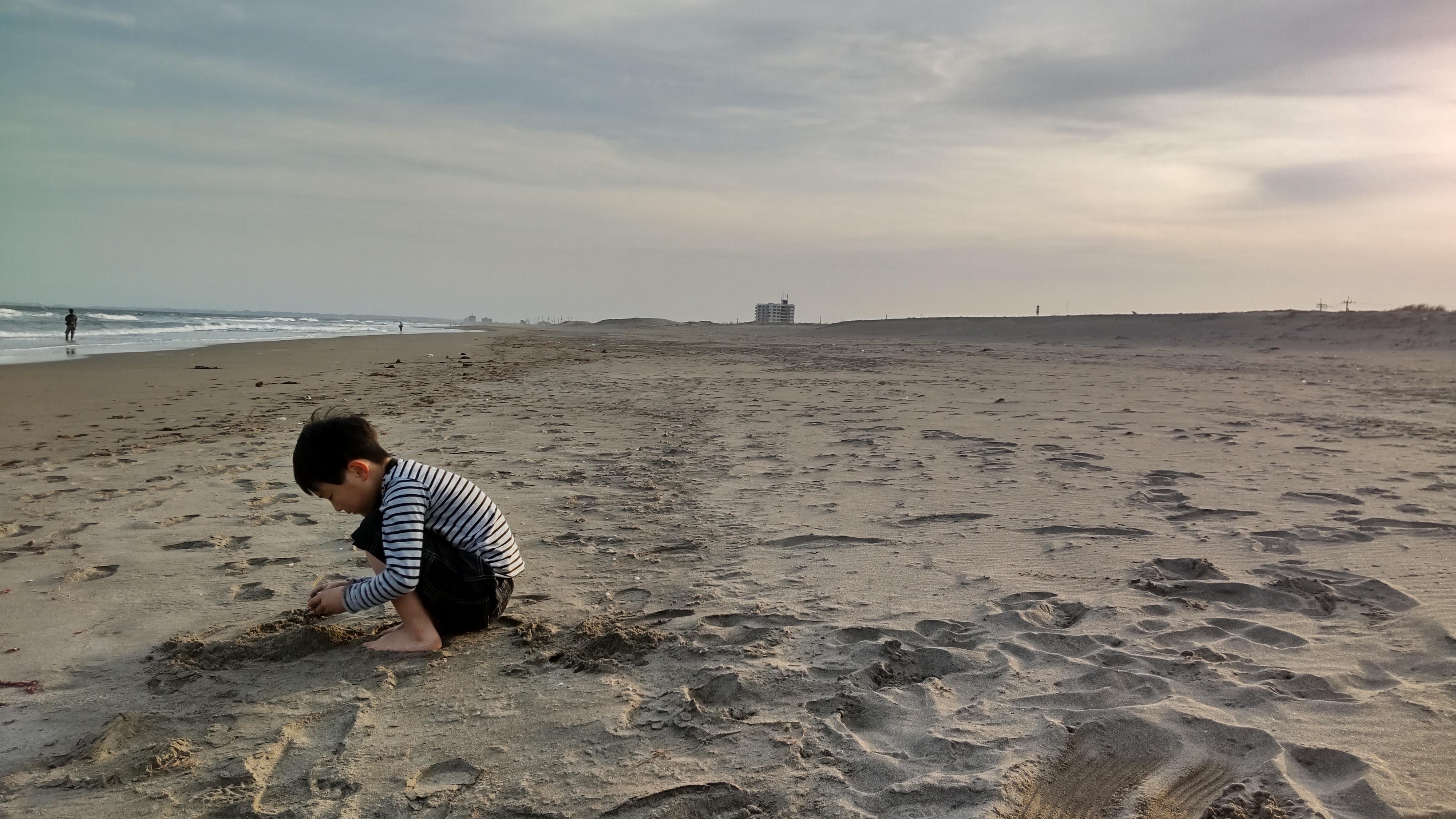 3月の夕方の海。釣り人と犬の散歩の人だけです。