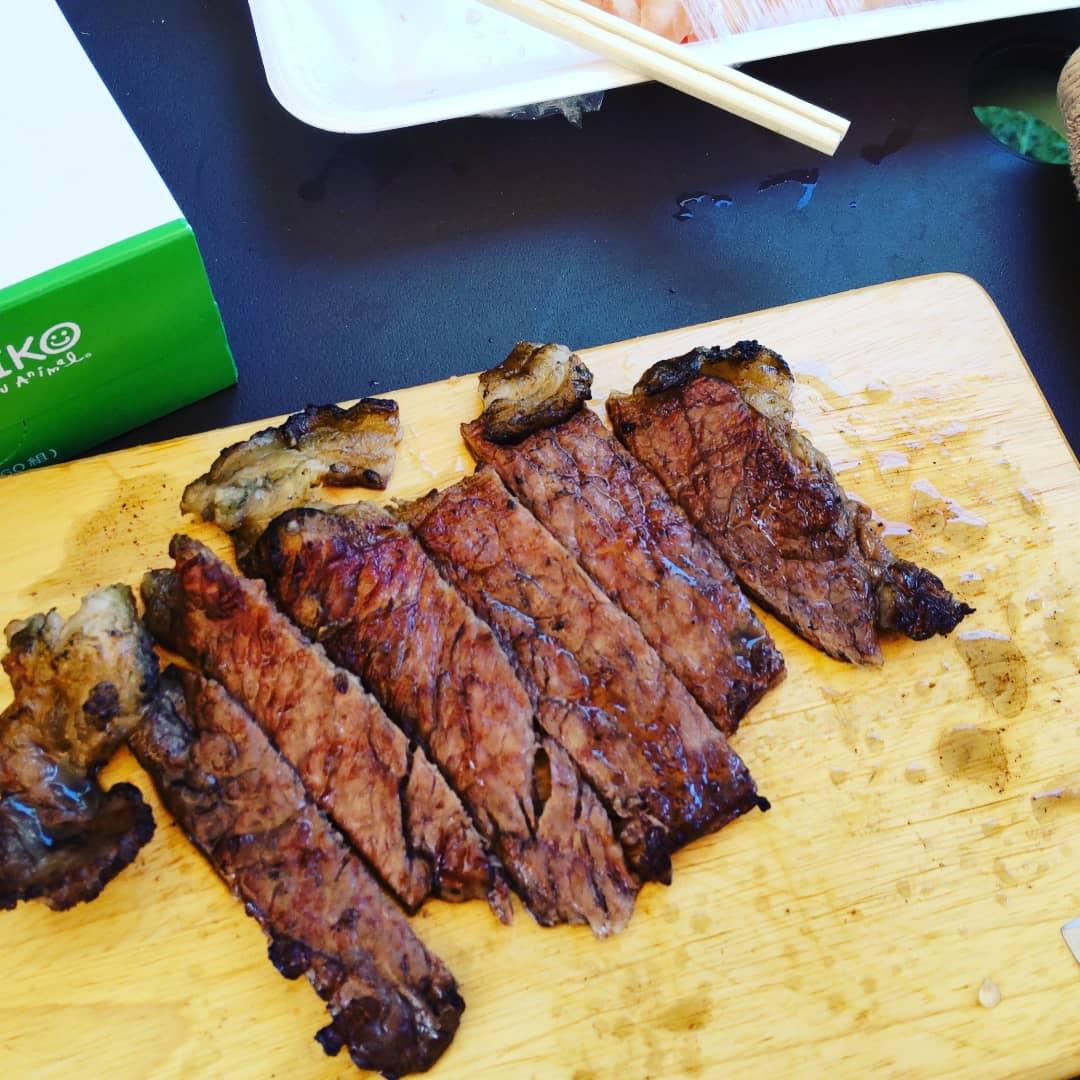 炭火で焼く肉は特別です。