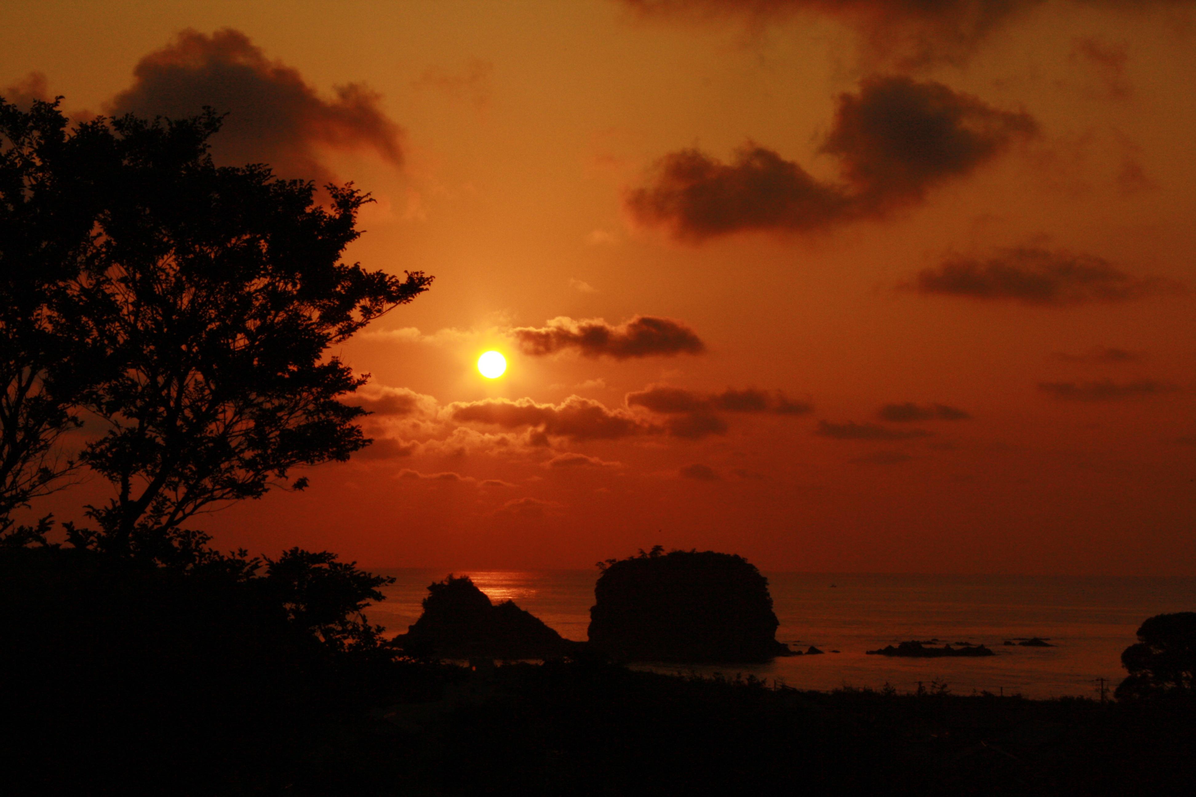 宇川温泉のウッドデッキから見える夕日