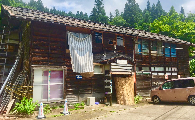 新潟県十日町市にある住み開きの古民家「ギルドハウス」で夫婦で車中泊してみた!