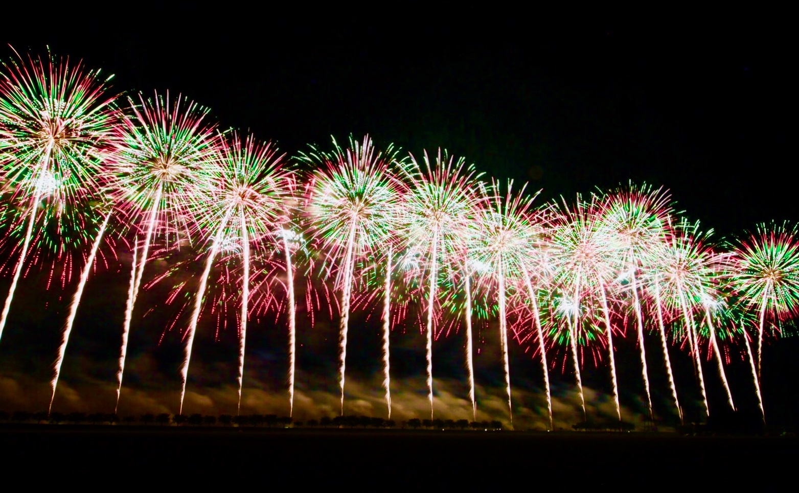 来場者75万人!国内最大級の「大曲花火大会」に夫婦で車中泊で参戦してみた!