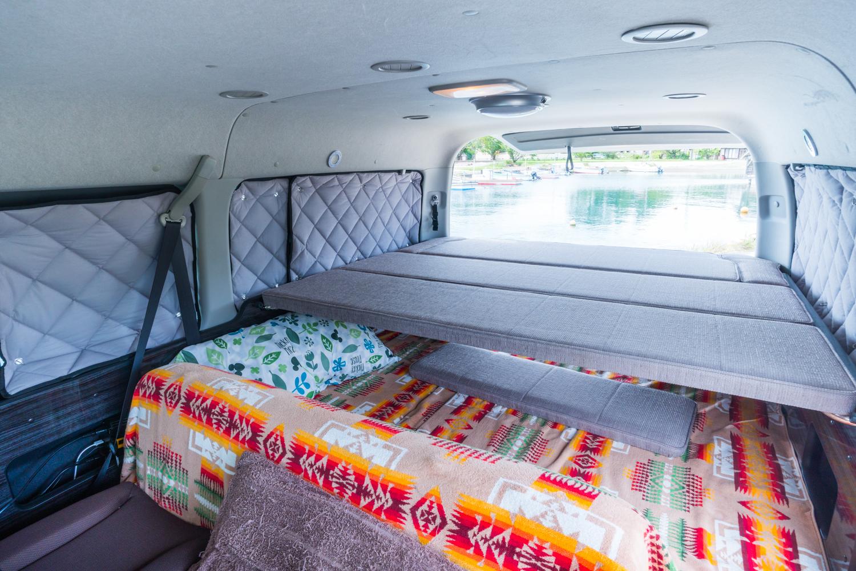 リビングに荷物を積むとどかしてベットに展開するのが手間。そんなとき、就寝時のお薦めは2段ベット。上に快適なベットを載せるだけで寝られます。寝るときはキルト・シーツを必ず敷いてください (2)