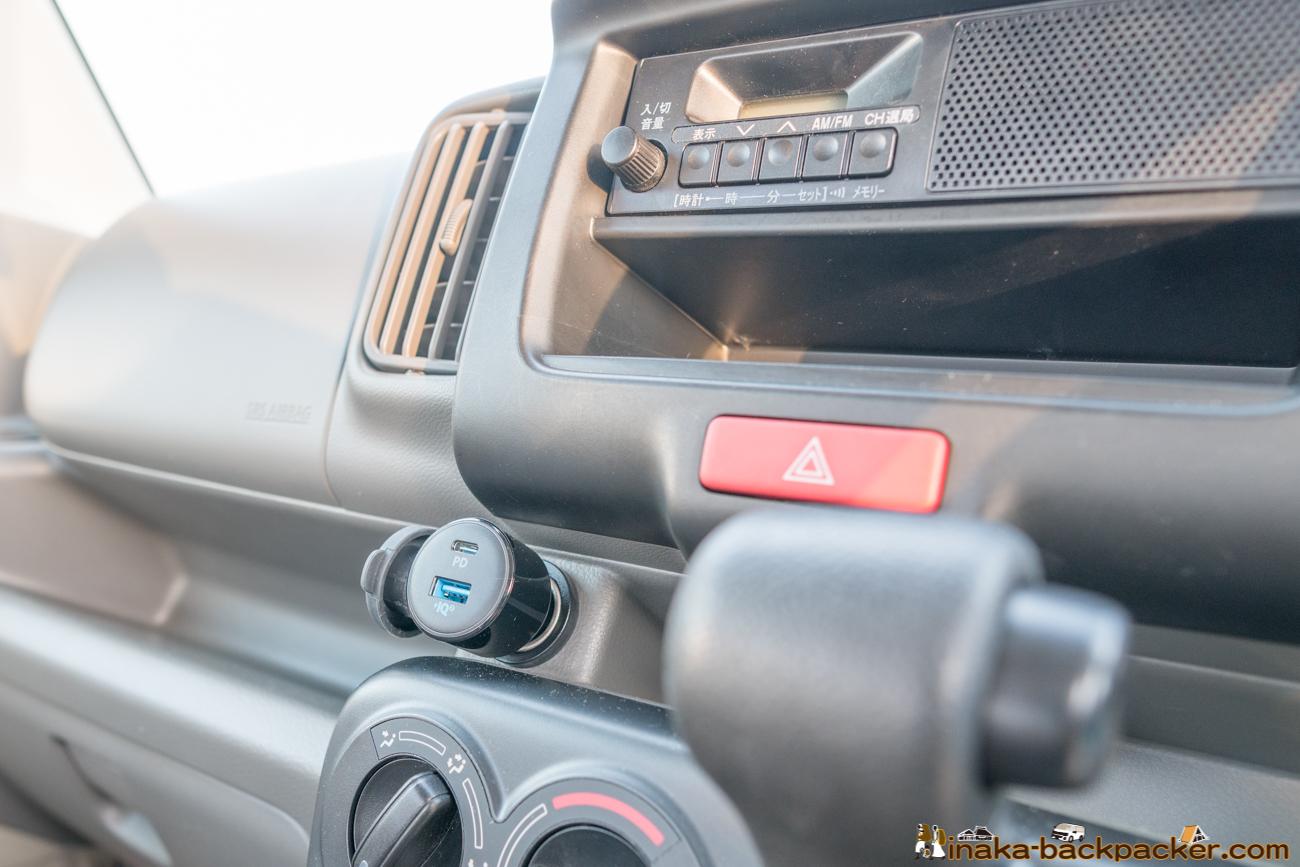 運転席のシガーソケットには、シガーソケット式のUSB充電。USB-Cでの充電も可能です