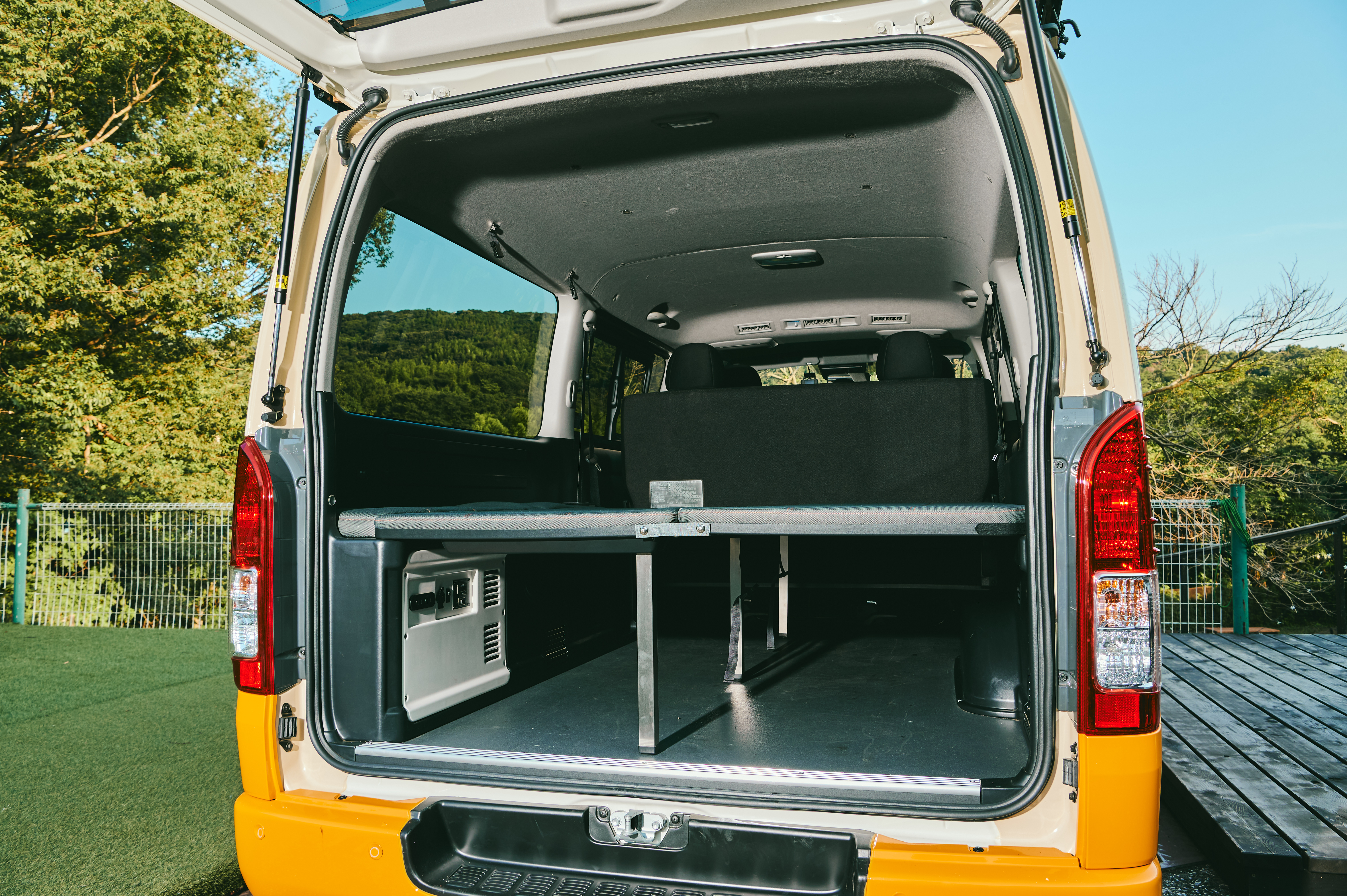 (11)内観(大人2名が車中泊できる簡易ベッド付き)※ベットを使用する場合は、DJブースやバーカウンターなどを外に出す必要があります