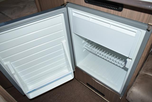 冷凍冷蔵庫(65L)サブバッテリー利用で停車時も利用可(但し一晩程度・サブバッテリー充電で延長可)
