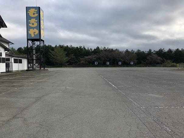 駐車スペースはこの奥です