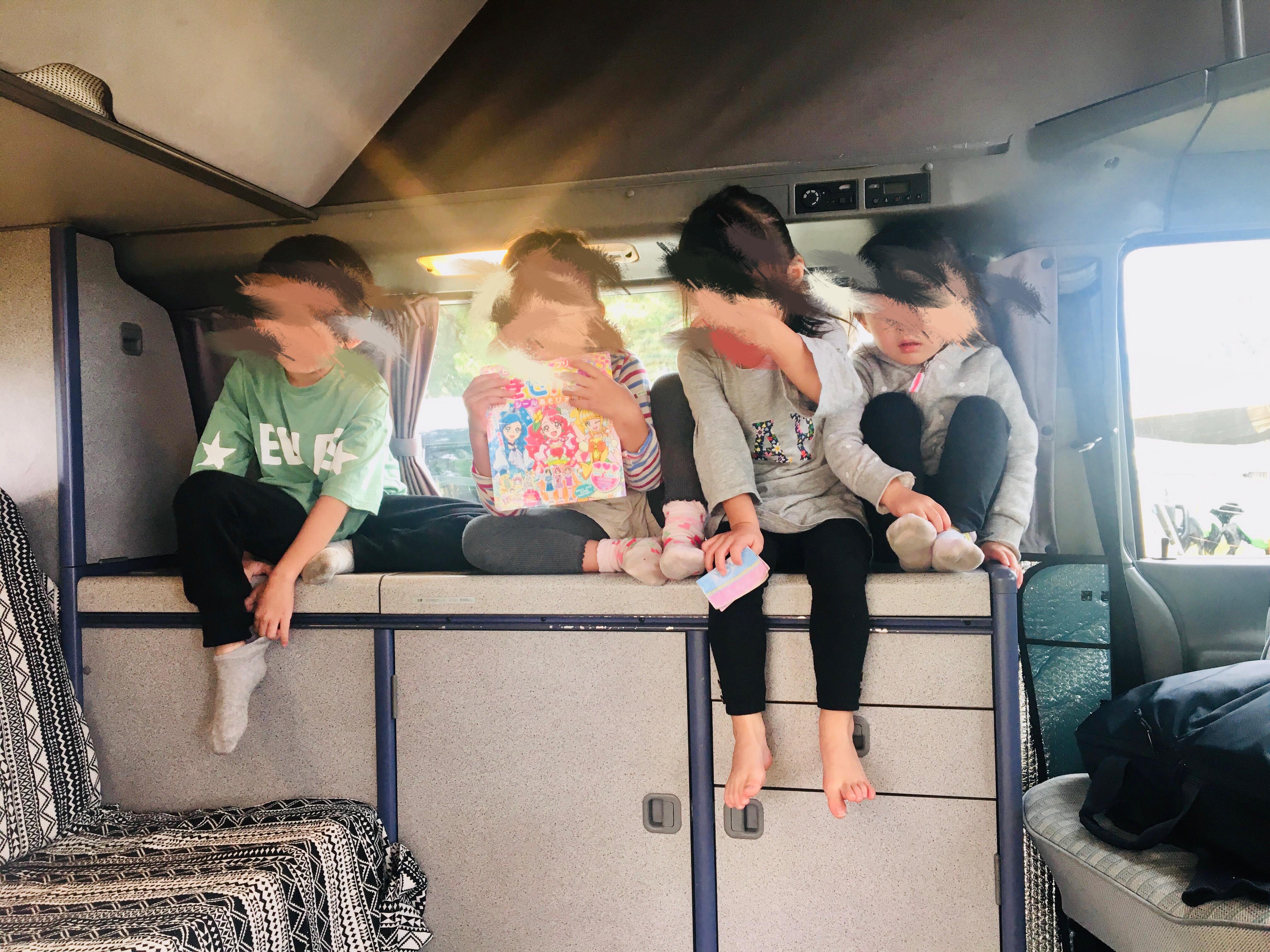 【車内空間】とにかく子どもに大人気!(ポップアップルーフを展開して子ども達がはしゃいでる様子です)