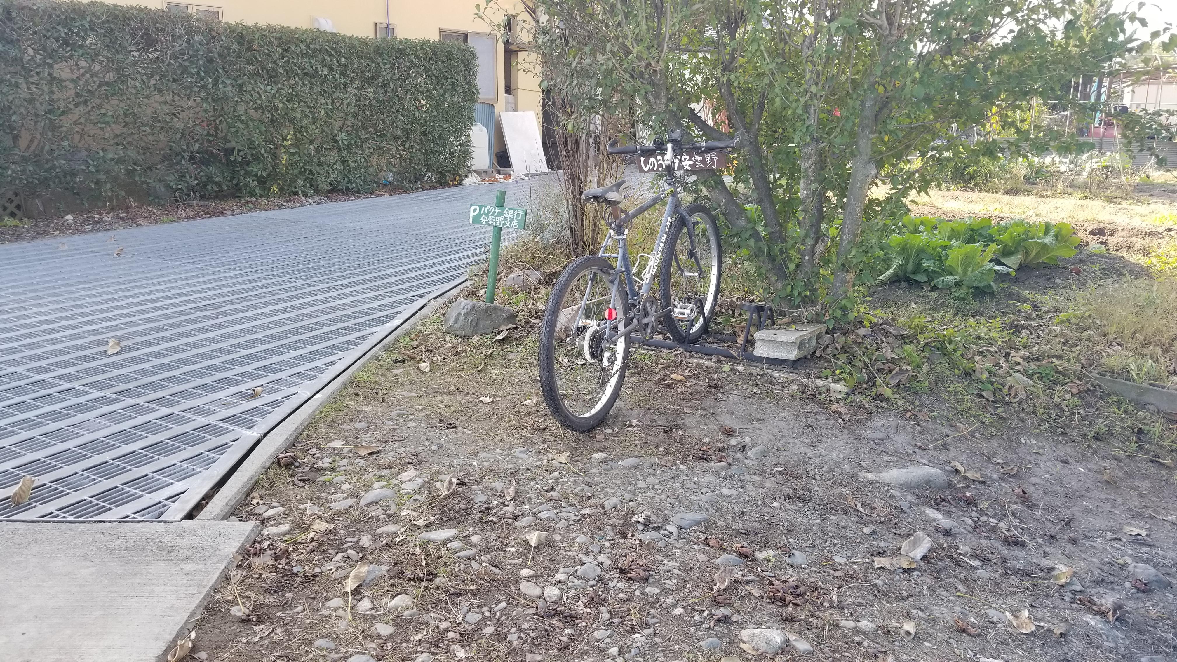 サイクルスタンド6台分あります。 積んできた愛車に乗ってあづみ野やまびこ自転道(全長約15Km)を気持ちよくサイクリング
