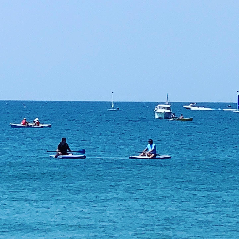 3キロ圏内に海と山があります。車で10分程度で到着。夏は海で遊び夜はキャンプ場でBBQ。サップ等のレンタルも海岸近くにあります。または当サイトのレンタサイクルで葉山の観光地に行くのも楽しみの一つです。